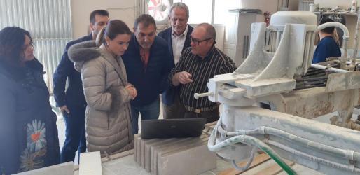Margalida Prohen visita a representantes de la industria marmolera de Binissalem.