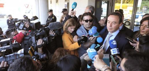 El letrado Ricardo Pérez Lama, representante legalmente a los padres de Diana Quer, responde a los periodistas.