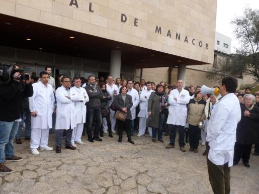 Unos 200 trabajadores del Hospital de Manacor han protestado por los recortes realizados en el servicio de Urgencias.