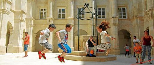 Juegos infantiles para niños en el claustro del Museo de Menorca.
