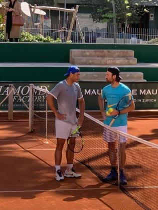 Rafael Nadal y Carlos Moyà conversan en la central del Palma Sports & Tennis Club.