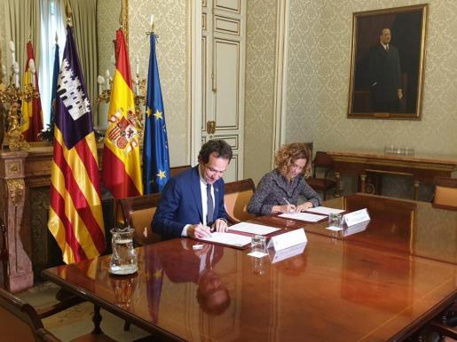 La ministra de Política Territorial y Función Pública, Meritxell Batet, y el conseller de Territoio, Energía y Movilidad, Marc Pons, formalizando el acuerdo.