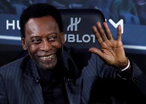 La leyenda del fútbol Pelé posa durante un acto.