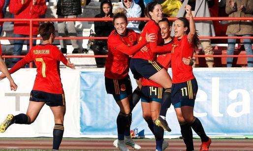 Virgina Torrecilla recibe las felicitaciones de sus compañeras.