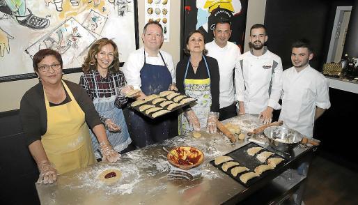 Los pasteleros participantes junto a las voluntarias que realizaron la receta de 'robiols' de confitura de fresa.