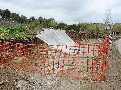 El hallazgo se ha tapado y se ha cercado la zona para evitar que se dañe. Fotos: A.Bassa