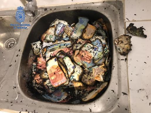 Uno de los detenidos en la operación 'Kira' quemó grandes cantidades de dinero ante la presencia policial.