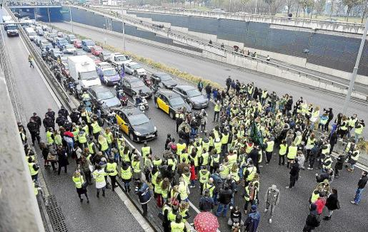Spanair's workers protest across the Gran Via highway in Barcelona February 1, 2012. Loss-making Spanish airline Spanair ceased operations on Friday night, grounding all its airplanes after its owner, citing the country's economic crisis, said it would not sink any more money into the company. REUTERS/stringer (SPAIN - Tags: TRANSPORT BUSINESS CIVIL UNREST) SPANAIR-QATAR/