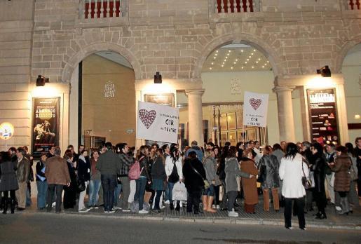 Unos 150 cantantes de los coros se congregaron ayer a las puertas del Teatre Principal. n FOTO: PERE BOTA