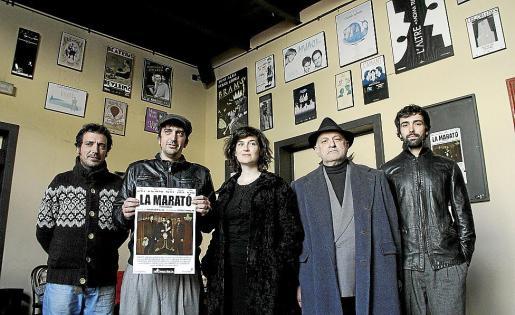 El director Jordi Cumellas, el autor Salvador Oliva y los actores Carme Serna, Enric de las Heras y Xavi Núñez, ayer, en el Teatre del Mar.