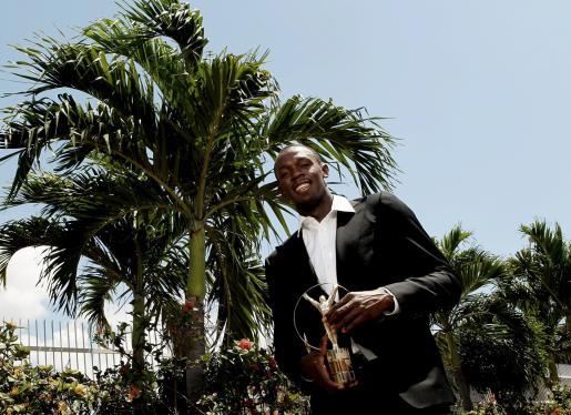 El atleta jamaicano Usain Bolt posa con su premio Laureus al mejor deportista de 2009.