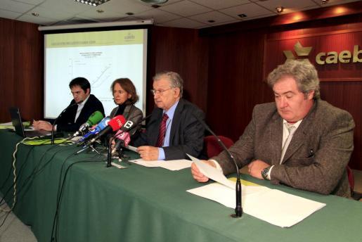 Josep Oliver, en el centro, ha presentado el informe de coyuntura económica.