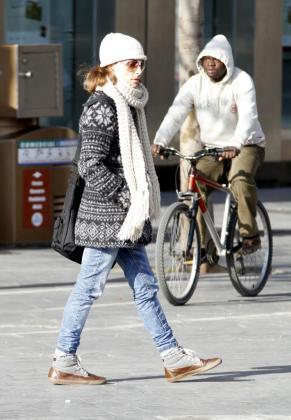 Bufandas y capuchas ayudan a combatir el frío.