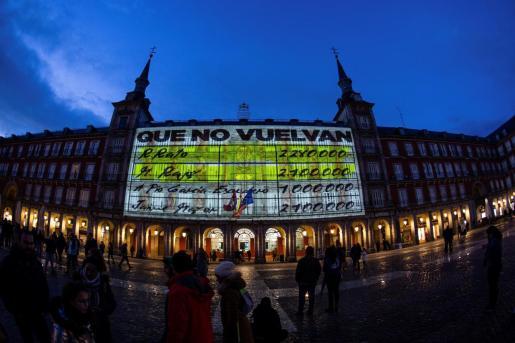 """La fachada de la Casa de la Panadería de la Plaza Mayor de Madrid se ha iluminado este sábado con imágenes de gran formato de los conocidos como """"papeles de Bárcenas"""","""