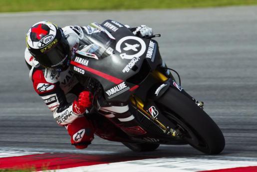 El piloto mallorquín de MotoGP Jorge Lorenzo, de Yamaha Factory Racing, prueba hoy su moto durante los entrenamientos de pretemporada en el circuito de Sepang en Kuala Lumpur (Malasia).