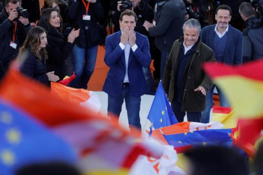 El presidente de Ciudadanos, Albert Rivera (c), encabeza un acto político celebrado este domingo en la localidad madrileña de Las Rozas.