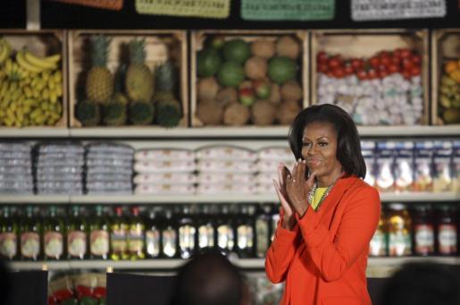 """Michelle Obama ha estado en Los Ángeles promocionando su campaña «Let's Move» (""""Movámonos""""), y aprovechó para visitar un supermercado que promueve el consumo de fruta y verdura."""