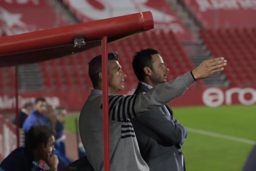 Pep Lluís Martí, junto a Dani Vaquer, da instrucciones a sus jugadores durante el partido benéfico entre el Real Mallorca y la selección de Balears disputado en Son Moix.