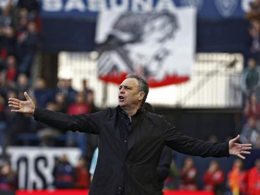 Joaquin Caparrós da instrucciones a sus jugadores durante un partido.