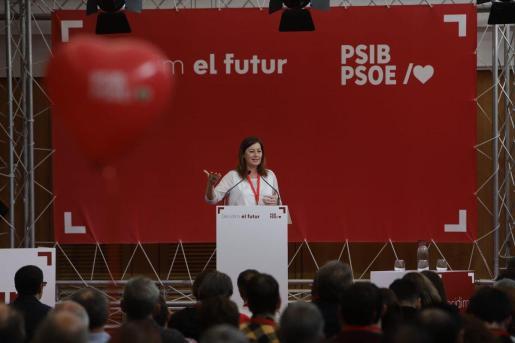 La secretaria general y candidata del PSIB-PSOE a la presidencia del Govern, Francina Armengol, explicando la propuesta.