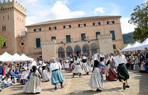Durante toda la mañana se sucedieron las actividades, como el 'ball de bot' en el exterior del castillo de Son Mas.
