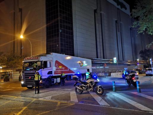 La Policía Local estuvo dirigiendo el tráfico para evitar atascos. Foto: PERE BOTA