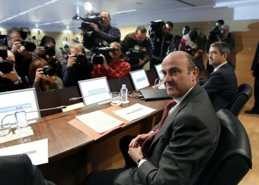 """El ministro de Economía y Competitividad, Luis de Guindos, antes de comenzar la rueda de prensa hoy, en el Ministerio, en la que ha anunciado que la banca deberá sanear su riesgo inmobiliario """"de una sola vez""""."""
