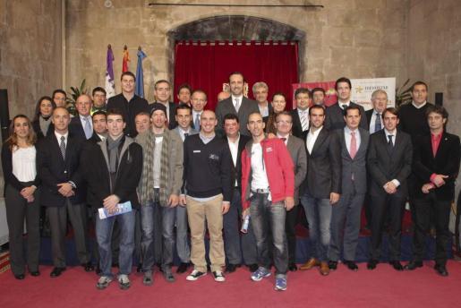 El presidente del Govern, José Ramón Bauzá, con las autoridades, deportistas y patrocinadores en la presentación de la Challenge.