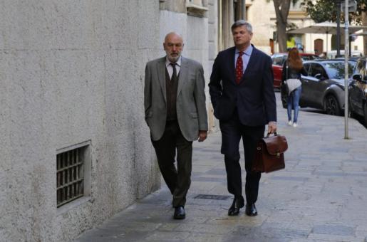 Miguel Florit, llegando al TSJB, junto a su abogado José Zaforteza.