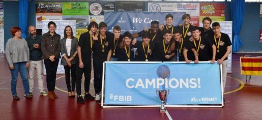 Los jugadores del Bahía San Agustín recibe su trofeo de campeones de Balears júnior.