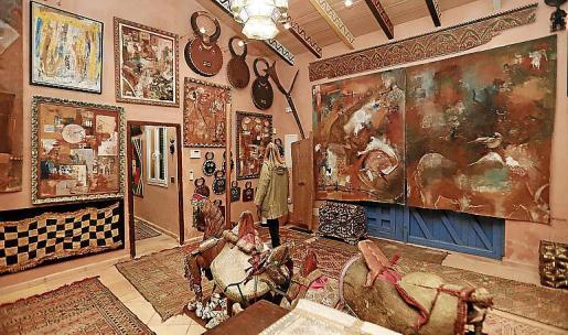 Imagen del interior del agroturismo, donde pueden verse multitud de obras de arte.