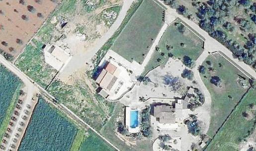 Imagen aérea de la parcela en el municipio de Campos, con tres edificaciones.