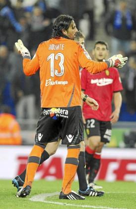 Aouate exhibe su indignación después de ser expulsado por Iglesias Villanueva en Cornellà.