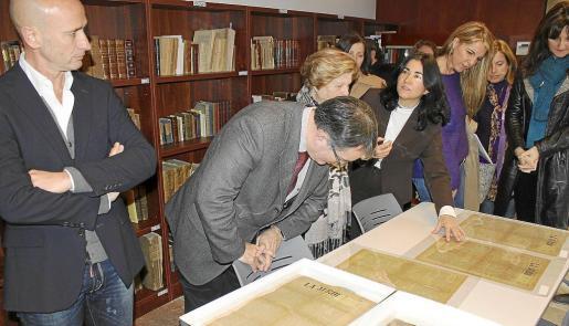 Las autoridades se interesaron por los libros y documentos de la biblioteca monográfica del lingüista.