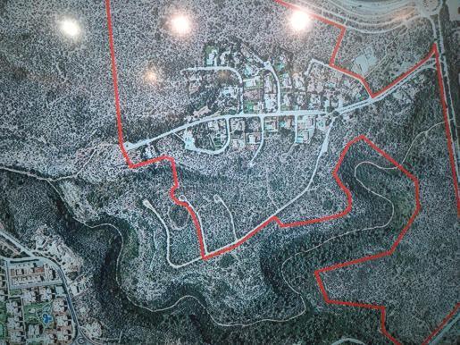 El concejal de Urbanismo, José Hila, ha recordado que esta urbanización, ubicada cerca de la carretera de Manacor a la altura de las cuestas de Xorrigo, data de 1975 y actualmente solo hay construidos unos 30 chalets.