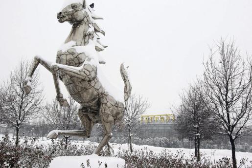 MAR02. MARANELLO (ITALIA), 2/2/2012.- La nieve cubre los alrededores de la sede de Ferrari en Maranello cerca de Módena en Italia hoy, jueves, 2 de febrero de 2012. La escudería italiana Ferrari se ha visto obligada a cancelar el acto de presentación de su nuevo monoplaza, previsto para mañana en Maranello, debido a las intensas nevadas que desde hace dos días afectan el norte de Italia. EFE/Elisabetta Baracchi EL MAL TIEMPO OBLIGA A SUSPENDER LA PRESENTACIÓN DEL NUEVO FERRARI