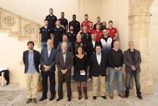 Los representantes de los clubes posan con los responsables de Esports del Govern.