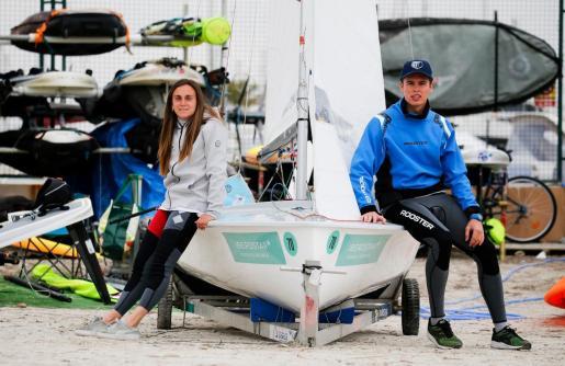 María Bover y Julio Alonso posan con su 470 en la zona de s'Arenal.