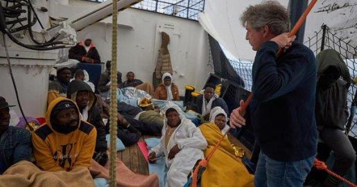 Imagen de migrantes en la cubierta del Alan Kurdi.