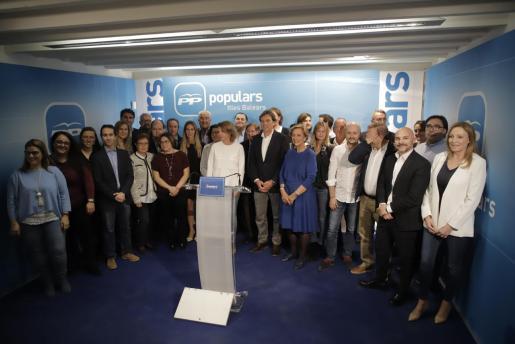 El candidato del PP al Ajuntament de Palma, Mateo Isern, junto a los integrantes en su lista para las elecciones municipales.