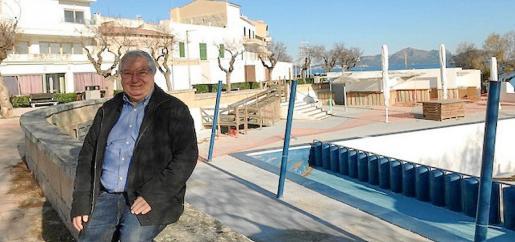 El alcalde de Santa Margalida, Joan Monjo, junto a la piscina del Mar y Paz que ha suscitado la polémica.