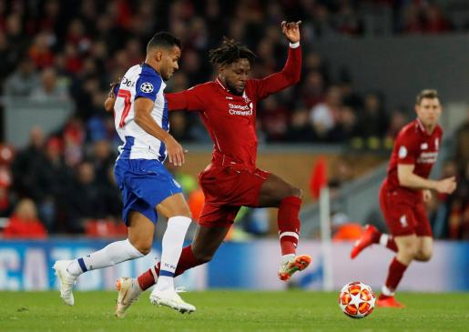 Divock Origi de Liverpool en acción.