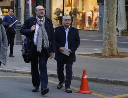 Kiko Mestre, llegando a los TSJB junto a su abogado.