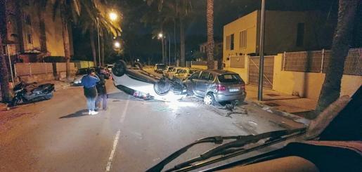 La conductora volcó e impactó contra otros vehículos estacionados.