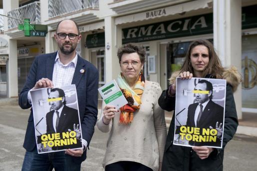 Pep Malagrava, Antònia Jover y Lucia Muñoz piden a José Ramón Bauzá que no vuelva a la política frente a su farmacia.