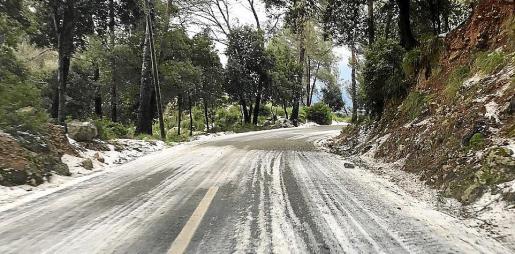 Estado de algunas carreteras del norte de Mallorca tras la granizada.