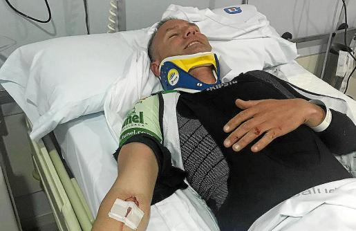 Al herido le colocaron un collarín y quedó ingresado en una clínica de Palma.
