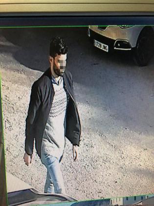 Las cámaras de un aparcamiento de un edificio de La Vileta grabaron al sospechoso.