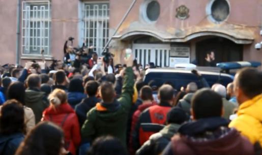 Convocados por las redes sociales, cientos de personas se concentraron frente a la comisaría y trataron de asaltarla.