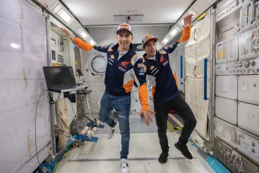 Imagen de Jorge Lorenzo y Marc Márquez en el Space Center de la ciudad de Houston.